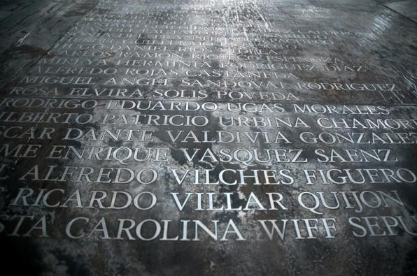 Memorial con los nombres de los que fueron ejecutados y hechos desaparecer en el centro de tortura y exterminio de Villa Grimaldi.